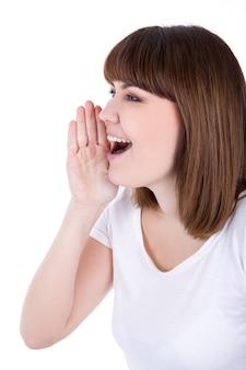 Профиль молодой женщины, звонящей кому-то, изолированному на белом фоне