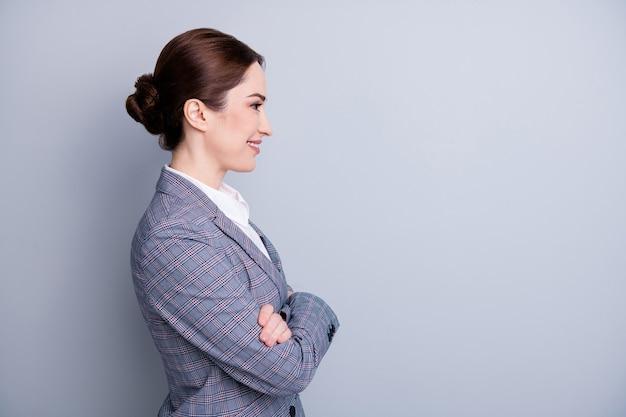 Фотография профиля привлекательной уверенной бизнес-леди, скрестив руки, хорошее настроение, опытный учитель, занятие, взгляд, пустое пространство, носить клетчатый пиджак, белая рубашка, изолированный серый цвет фона