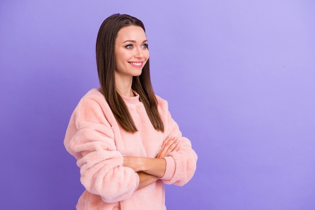 魅力的な女性の腕のプロフィール写真は紫色の背景に優しい笑顔を交差させた