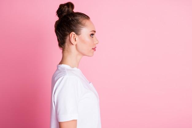 魅力的な女性のプロフィール写真おもしろいお団子髪型横空スペース良い気分