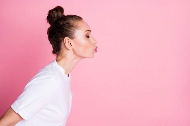 魅力的な女性のプロフィール写真面白い髪型送信空気キス側空のスペースコケティッシュ