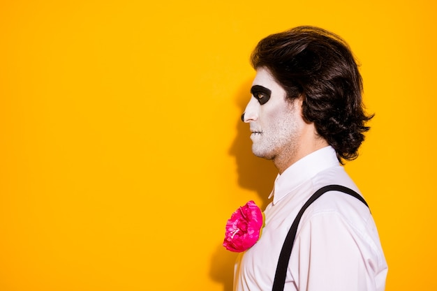 Фотография в профиле жуткого монстра-призрака, парень, взгляд, пустое пространство, ожидание похорон, кладбище, белая рубашка, роза, сахар, череп, костюм смерти, подтяжки, изолированный, желтый цвет фона