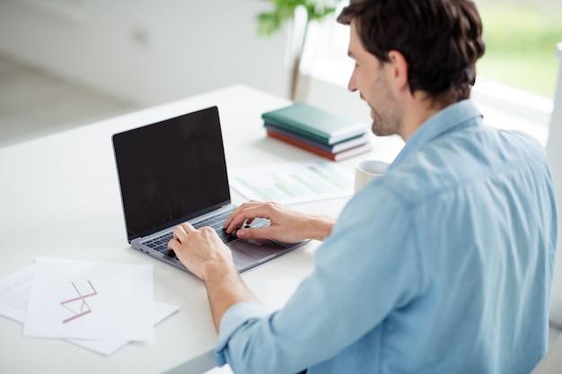 노트북 노트북을 검색하는 남자 사업가 교사의 프로필 사진 앉아 테이블 데스크톱 화상 통화