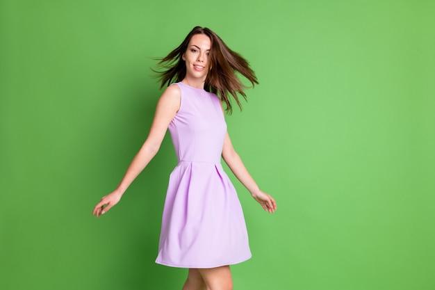 かなりファンキーな愛らしい若い女性のプロフィール写真スピンアラウンドダンスショー効果シャンプーコンディショナー美容師広告コンセプト着用紫色のドレス孤立したパステルグリーン色の背景