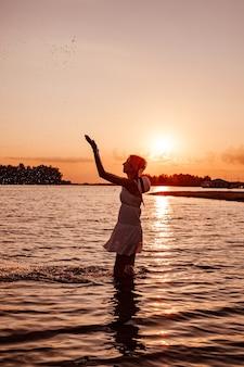 여름 드레스에 아름 다운 행복 슬림 금발의 물 튀는 여자의 프로필 사진...
