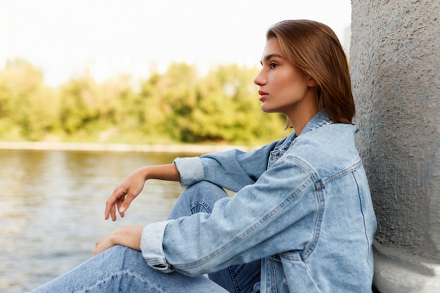 魅力的なブルネットモデルのプロフィール写真