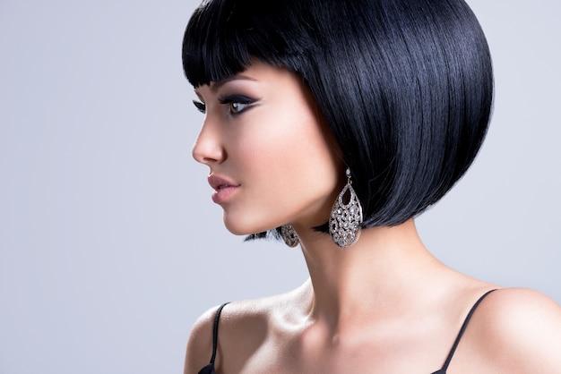 샷 헤어 스타일과 패션 귀걸이 포즈와 아름 다운 여자의 프로필 초상화