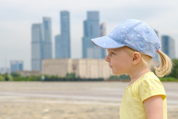 Профиль портрет блондинка маленькая девочка небоскребов
