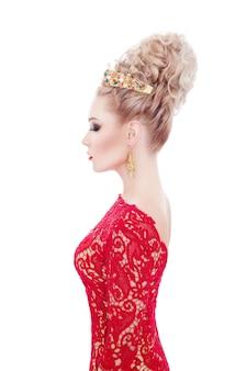 빨간 드레스에 관능적 인 젊은 여자의 프로필 초상화