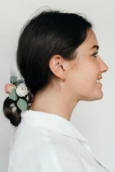 머리에 꽃을 꽂은 여성의 프로필 초상화