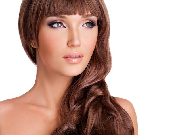긴 붉은 머리를 가진 아름 다운 여자의 프로필 초상화. 흰색 절연 곱슬 헤어 스타일으로 근접 촬영 얼굴.