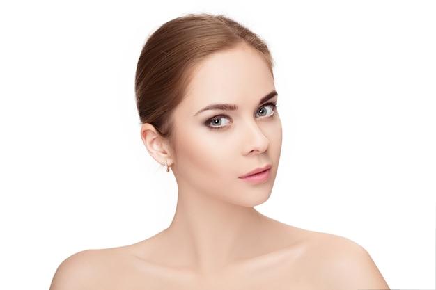 흰색 배경 근접 촬영에 녹색 눈을 가진 아름 다운 젊은 금발 여자의 프로필 초상화. 깨끗한 피부를 가진 소녀