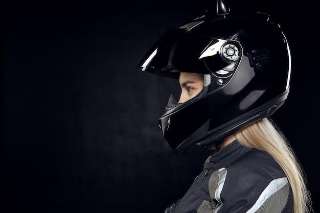 금발 머리를 가진 유행 젊은 유럽 여자 라이더의 프로필 초상화