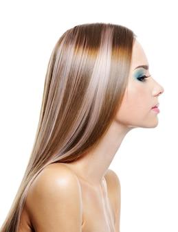 긴 건강 아름다운 머리를 가진 여성의 프로필 초상화는 흰색에 고립