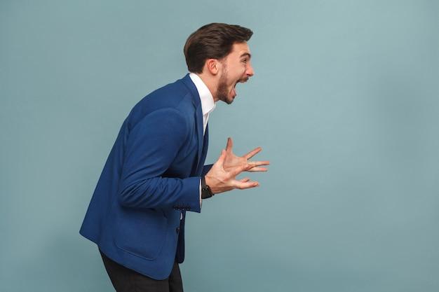 仕事でストレスのたまったマネージャーのプロフィールの肖像画は咆哮を叫ぶ
