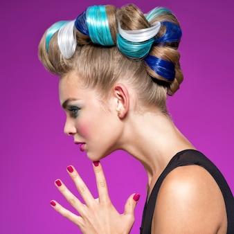검은 화장과 황금 매니큐어와 아름다운 패션 여자의 프로필 초상화. 패션 메이크업으로 아름 다운 여자입니다. 근접 촬영 프로필 초상화-분홍색 배경.