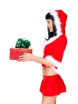 Профиль портрет красивой снегурочки держит рождественскую новогоднюю подарочную коробку - изолированные на белом
