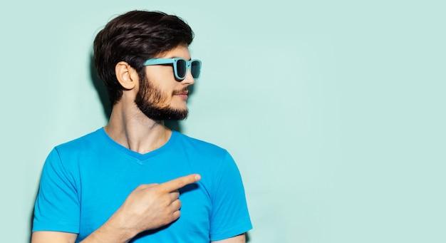 청록색 선글라스와 파란색 셔츠를 입고 젊은 남자의 프로필 초상화