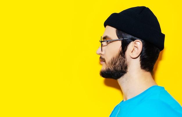 左を向いている若い流行に敏感な男のプロフィールの肖像画