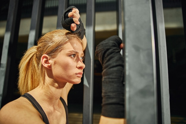 운동 사이에 휴식을 취하는 여성의 프로필 샷