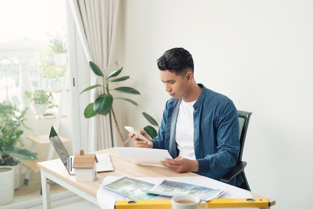 사무실 copyspace 건물 계획 건설 프로젝트 엔지니어 전문가 자격을 갖춘 직업 직업의 책상에서 청사진을 작업하는 젊은 남성 건축가의 프로필 사진