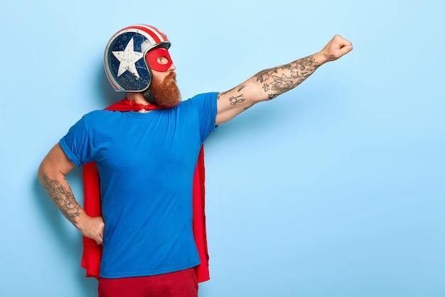 Профильный снимок серьезного бородатого мужчины делает жест полета