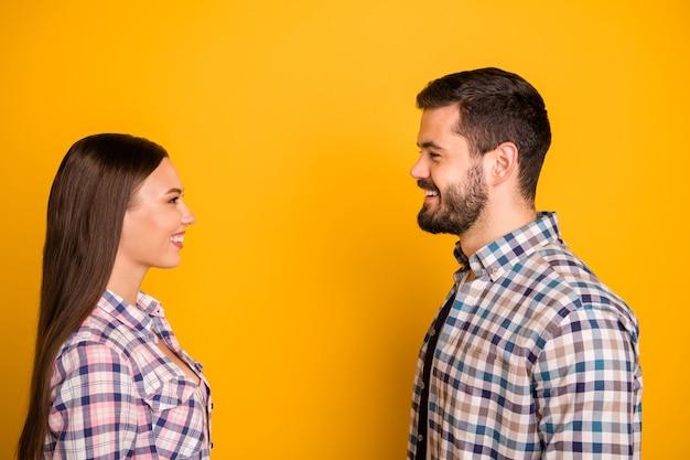 프로필 측면 애정 커플 남자 여자 첫 만남을 즐길 수