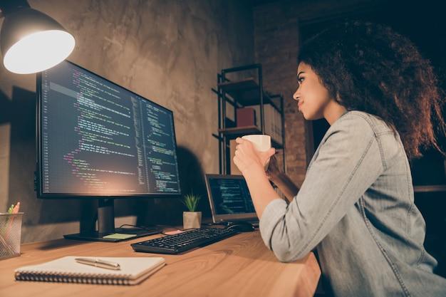 프로필 측면 사진 집중 소녀 소프트웨어 개발자 음료 에스프레소보기 컴퓨터 화면