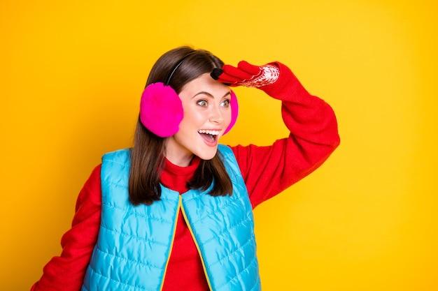 驚いた女の子のプロフィールの側面写真は、手の顔のコピースペースを見て、信じられないほどのブラックフライデーの掘り出し物を見て、明るい輝きの色の背景の上に分離された着用スタイルのスタイリッシュなピンクのセーターを宣伝します