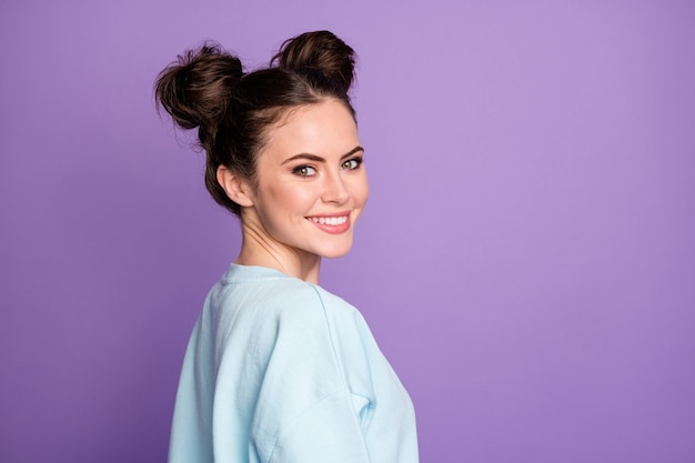 素敵なかわいい女の子の若者のプロフィールの側面写真は、すみれ色の背景の上に分離されたスタイリッシュな服を着て歯を見せる笑顔のコピースペースを着用してください