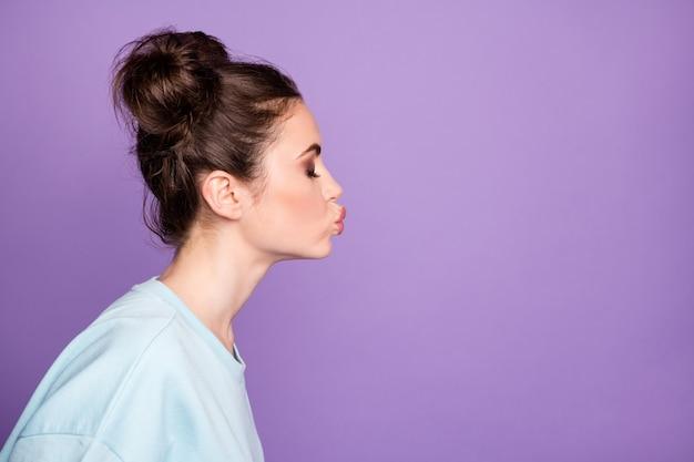 情熱的な愛情のこもった女の子の若者のプロフィールサイド写真は14をお楽しみください-2月の日付は空気のキスのボーイフレンドを紫色の色の背景の上に分離された格好良い服を着る