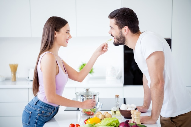Профиль стороны два человека наслаждаются страстной связью женщина кормит салатом мужчину
