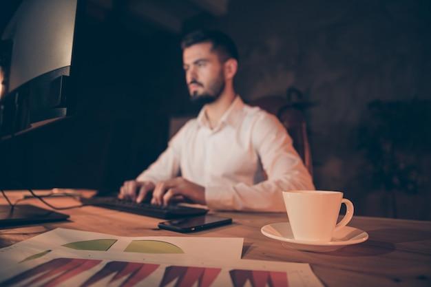 コンピューターで集中労働者座りテーブル作業の縦断側面図