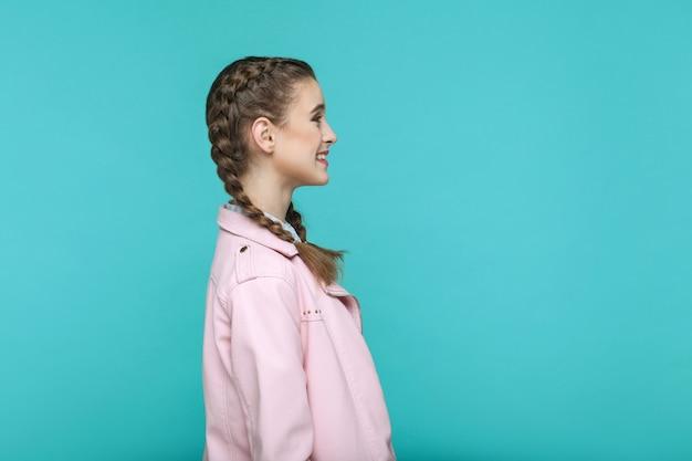 Вид сбоку профиля счастливого зубастого смайлика портрет красивой милой девушки