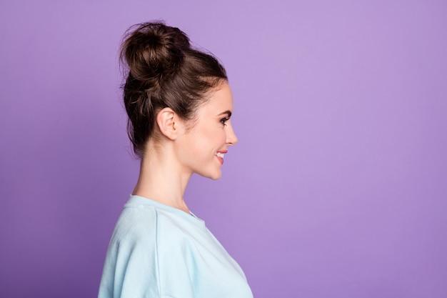 素敵な素敵な若い女の子のプロフィール側面写真コピースペースをお楽しみください秋秋wekeend休息リラックス着用カジュアルなスタイルの服を紫色の背景の上に分離