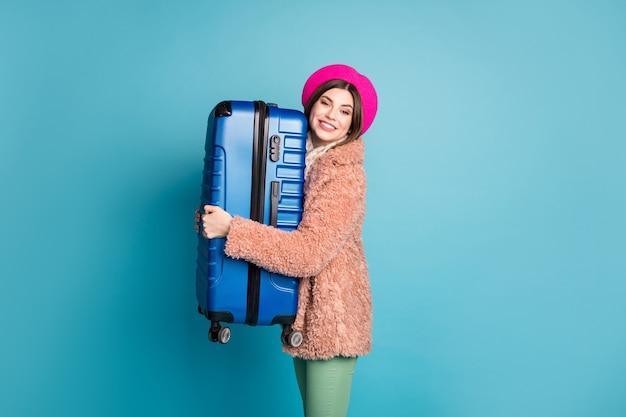 Профиль вид сбоку портрет девушки, обнимающей большую сумку