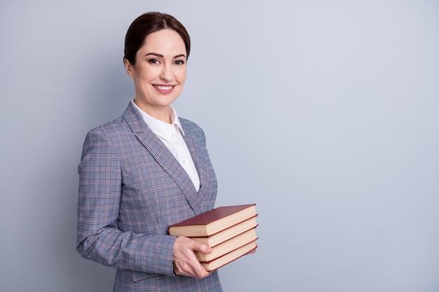 Профиль, вид сбоку, ее портрет, красивый, привлекательный контент, стильный, интеллектуальный, веселый, библиотекарь, одетый в повседневную клетчатую куртку, с пространством для копии книги, изолированный серый пастельный цвет фона