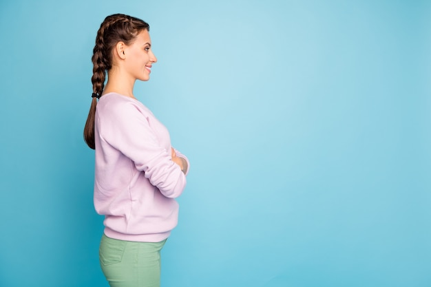 그녀의 프로필 측면보기 초상화 그녀는 좋은 매력적인 사랑스러운 예쁜 콘텐츠 쾌활한 쾌활한 소녀 팔짱을 끼고 밝고 생생한 광택 활기찬 청록색 청록색 위에 절연