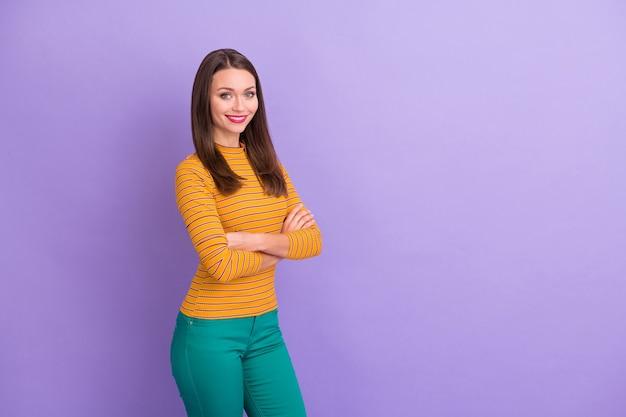 彼女のプロフィール側面図肖像画彼女の素敵な魅力的なかなり素敵なコンテンツ陽気な陽気な女の子は腕を組んでカジュアルな外観。