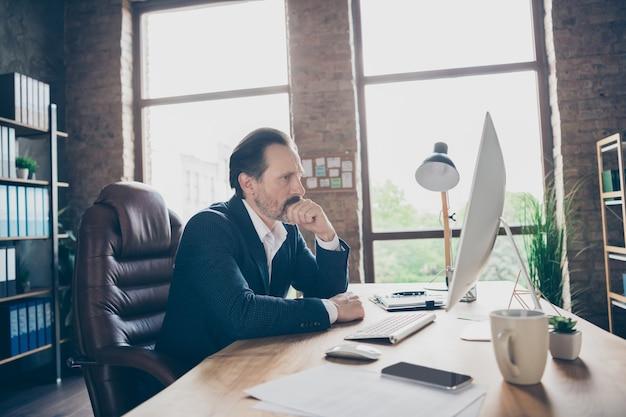 현대 로프트 벽돌 산업 작업장 실내에서 데이터 분석 산업 비율을 연구하는 잘생긴 음침한 남자 금융 전문가 중개인 경제학자의 프로필 측면 초상화