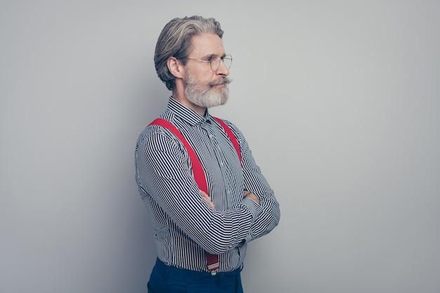 그의 프로필 측면보기 초상화는 회색 파스텔 컬러 배경 위에 고립 된 그의 좋은 매력적인 잘 차려 입은 품위있는 세련된 콘텐츠 남자 전무 이사 지도자 접힌 팔의 초상화