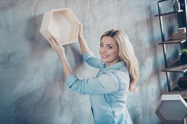 Профиль вид сбоку портрет красивой веселой рад женщины висит на деревянной полке