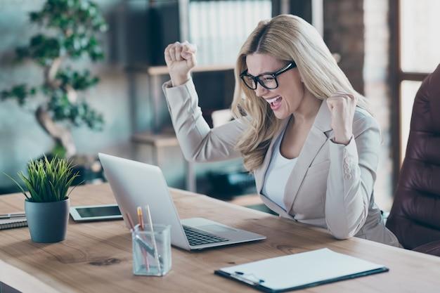 Вид профиля бизнес-леди взгляд ноутбука взгляд экрана ноутбука поднять кулаки