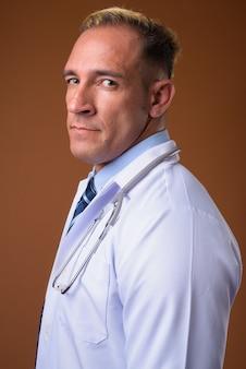 茶色の男の医者の縦断ビュー