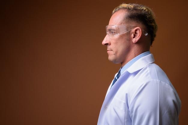 保護メガネをかけている男性医師の縦断ビュー