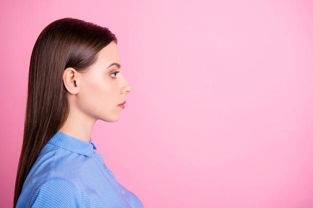 Вид профиля уверенной в себе бизнес-леди, смотрящей на копировальное пространство