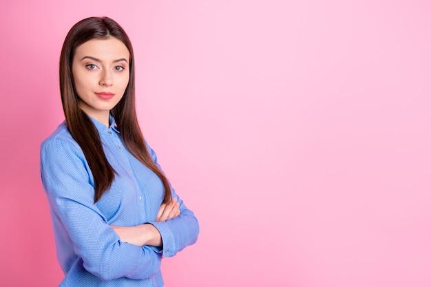 Вид профиля уверенной в себе бизнес-леди со скрещенными руками