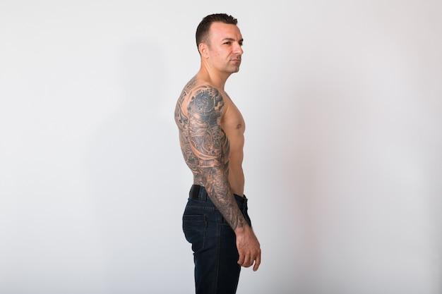 入れ墨を持つ上半身裸の男の縦断ビュー