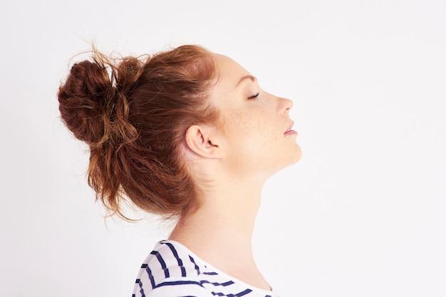 女性の顔写真の縦断ビュー