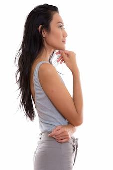 Вид профиля молодой красивой азиатской женщины, думающей